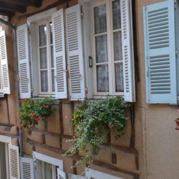 Façade fleurie rue de la barrière à Rodez